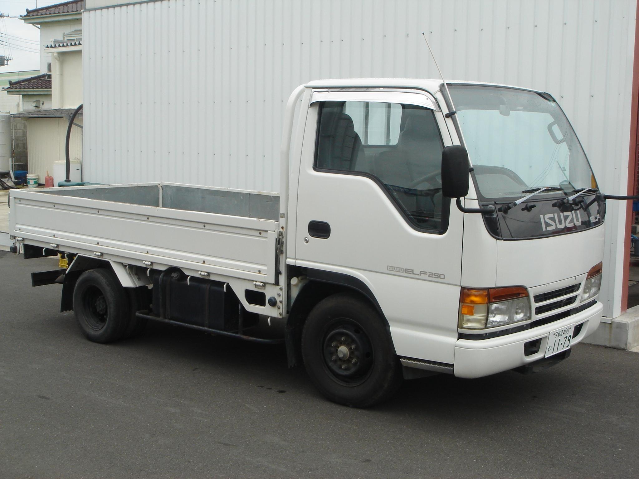 エルフ 2tトラック(荷台1.6m×3.1m)マニュアル車3人写真